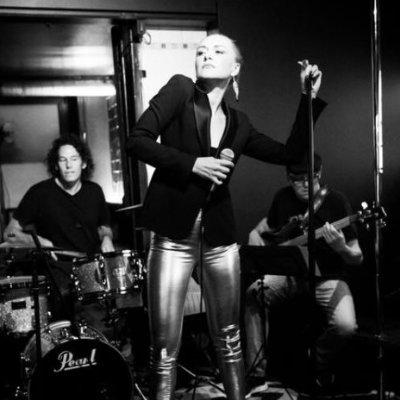 Lili van de Cosmic live with band
